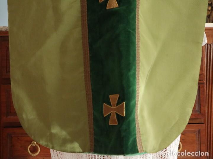 Antigüedades: Casulla confeccionada en seda, terciopelo y aplicaciones de hilo de oro. Mediados S. XX. - Foto 12 - 238516930