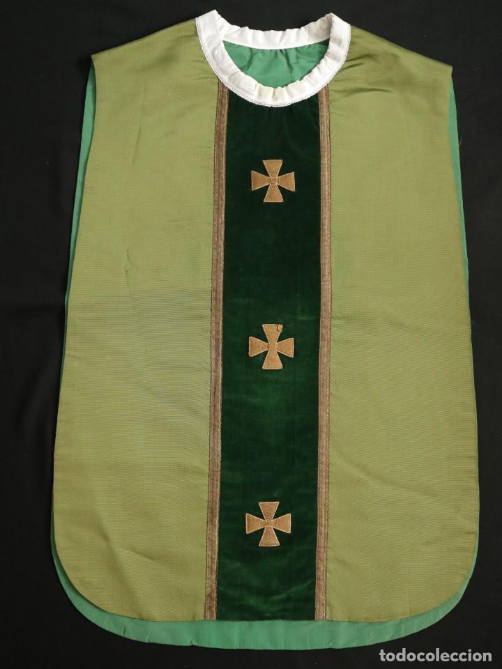 Antigüedades: Casulla confeccionada en seda, terciopelo y aplicaciones de hilo de oro. Mediados S. XX. - Foto 13 - 238516930