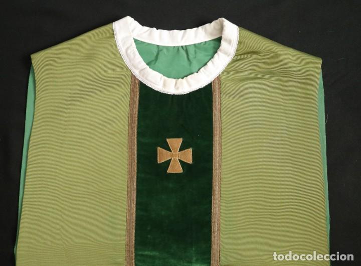 Antigüedades: Casulla confeccionada en seda, terciopelo y aplicaciones de hilo de oro. Mediados S. XX. - Foto 14 - 238516930