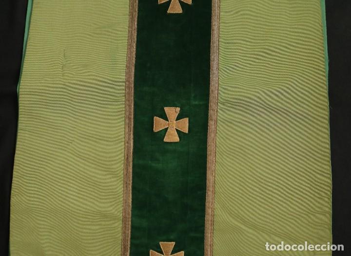Antigüedades: Casulla confeccionada en seda, terciopelo y aplicaciones de hilo de oro. Mediados S. XX. - Foto 15 - 238516930