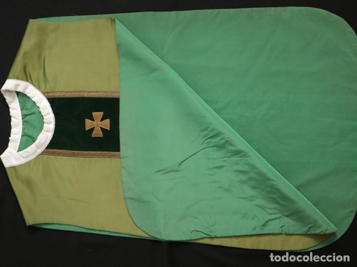 Antigüedades: Casulla confeccionada en seda, terciopelo y aplicaciones de hilo de oro. Mediados S. XX. - Foto 16 - 238516930