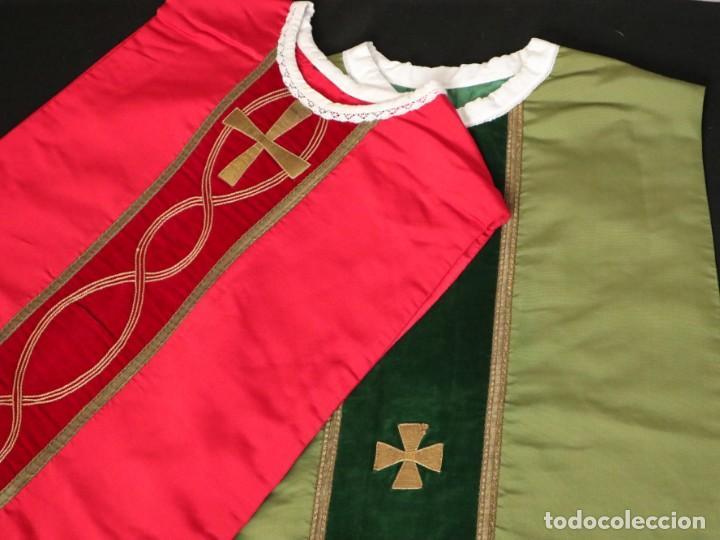 Antigüedades: Casulla confeccionada en seda, terciopelo y aplicaciones de hilo de oro. Mediados S. XX. - Foto 2 - 238516930