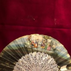 Antigüedades: ABANICO DE PAPEL. PINTADO A MANO POR LAS DOS CARAS. VARILLAS DE NACAR CALADAS DE 21CM. SXIX.. Lote 238517455