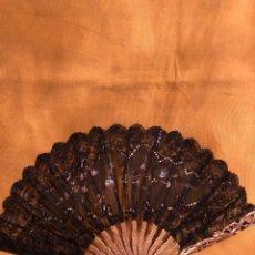 Antigüedades: ELEGANTE ABANICO. TUL CON ENCAJE. VARILLAS DE MADERA SOBREDORADA DE 26 CM. SXIX. Lote 238519020
