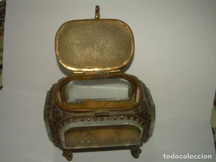 Antigüedades: ANTIGUA CAJA JOYERO DE LATON Y CRISTAL DE ROCA BISELADO MUY GRUESO. - Foto 4 - 238572280