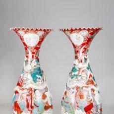 Antigüedades: PAREJA DE GRANDES JARRONES IMPERIALES DE PORCELANA JAPONESA DE ARITA DEL SIGLO XIX. Lote 257735070