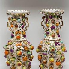 Antigüedades: PAREJA DE JARRONES EN PORCELANA ALEMANA DE MEISSEN SIGLO XIX. Lote 238725515