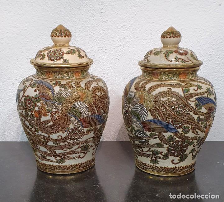 PAREJA DE JARRONES SATSUMA CON PEANAS DE MADERA - MUY DECORATIVOS. (Antigüedades - Porcelana y Cerámica - Japón)