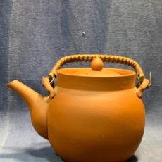 Antigüedades: TETERA CERAMICA BARRO TERRACOTA ASIA CHINA YIXING ASA MIMBRE SELLADA COMPLETA ANTIGUA 15X22X15CMS. Lote 238836975