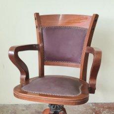 Antigüedades: SILLON DE DESPACHO. GIRATORIO. MADERA DE HAYA. RESPALDOS DE PIEL. CIRCA 1960.. Lote 238378855