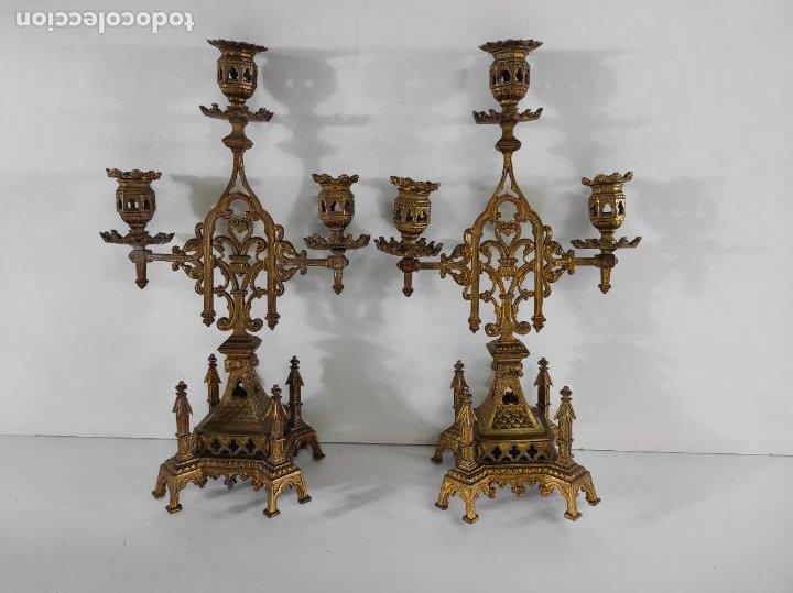 PRECIOSA PAREJA DE CANDELABROS NEOGÓTICOS - CANDELABRO EN CALAMINA DORADA - FINALES S. XIX (Antigüedades - Iluminación - Candelabros Antiguos)