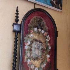 Antigüedades: ANTIGUA URNA DE MADERA ACRISTALADA - TRÍPTICO DE SAN JOSÉ CON EL NIÑO JESÚS -. Lote 239368150