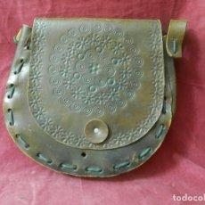 Antigüedades: BOLSO ANTIGUO DE CUERO HECHO ARTESANALMENTE REPUJADO. TIPO ZURRON. Lote 239373245
