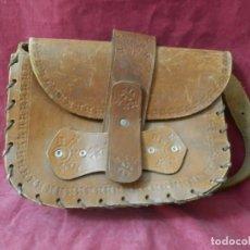 Antigüedades: BOLSO ANTIGUO DE CUERO TIPO ZURRON. CUERO REPUJADO. Lote 239374175