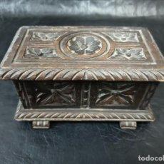 Antigüedades: ANTIGUO COFRE DE MADERA TALLADA ARTESANALMENTE. C34. Lote 239378660