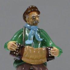 Antiquités: MUSICO CON ACORDEON. VIDRIO SOPLADO. BOHEMIA. Lote 239431705