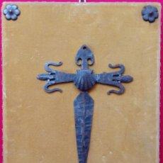 Antigüedades: CRUZ DE SANTIAGO CON CONCHA DE VIEIRA O DE SANTIAGO, EN HIERRO Y FORJA -S. XIX-. DIM.- 31.5X23.5 CMS. Lote 239491385