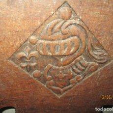 Antigüedades: ANTIGUA TALLA NOBLE DE MADERA DE ROBLE YELMO DE ARMADURA Y FLOR DE LIS. Lote 239553145