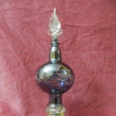 Antigüedades: PERFUMERO, FRASCO COLONIA DE CRISTAL SOPLADO Y TALLADO EGIPCIO. COLOR AZUL Y PINTADO EN ORO. Lote 239645095
