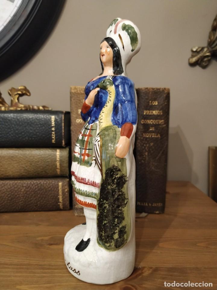Antigüedades: Staffordshire Figura Femenina Highland Lass holding pavo real hecho en Inglaterra - Foto 2 - 239850310