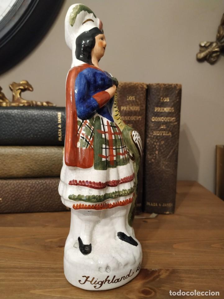 Antigüedades: Staffordshire Figura Femenina Highland Lass holding pavo real hecho en Inglaterra - Foto 3 - 239850310