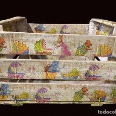 Antigüedades: ANTIGUA CAJA DE FRUTAS DECORADA CON MOTIVOS INFANTILES, ELEFANTE, CONEJO, OSO LLEVANDO COCHECITOS. Lote 239938570