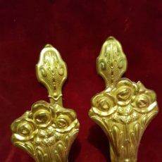 Antigüedades: ANTIGUA PAREJA ALZA PAÑOS CORTINAS DE LATON. Lote 239961385