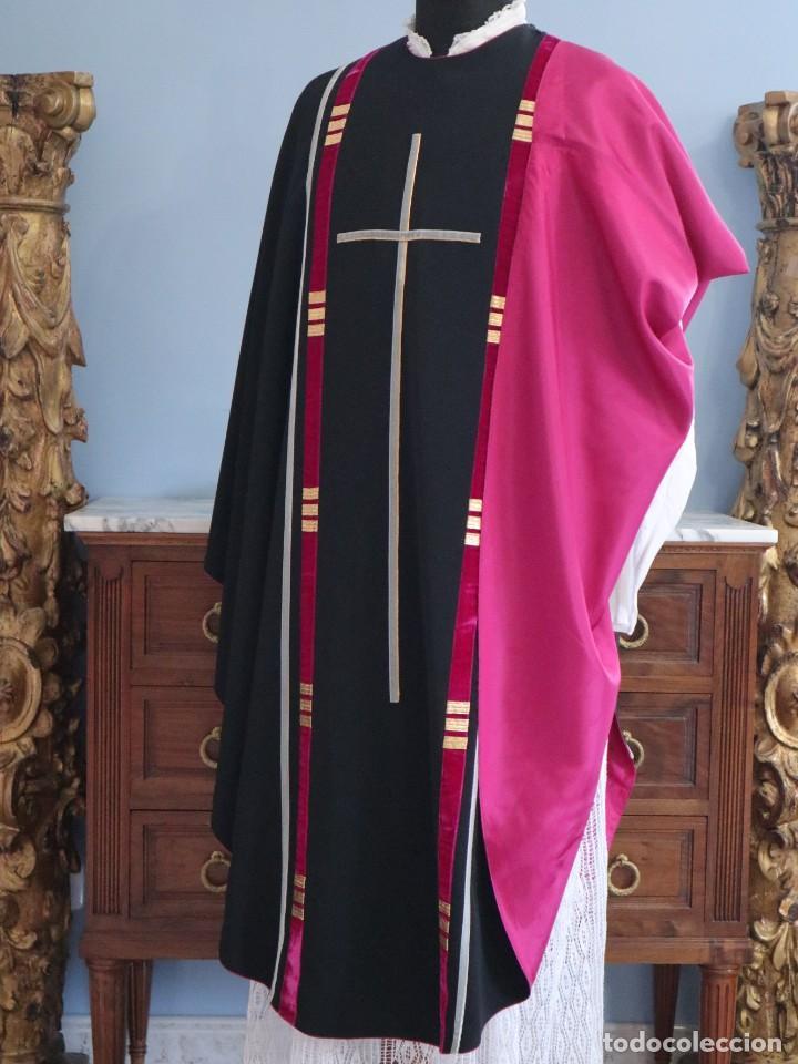 CASULLA DE CORTE MODERNO CONFECCIONADA EN SEDA. TERCER CUARTO DEL SIGLO XX. (Antigüedades - Religiosas - Casullas Antiguas)
