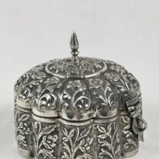 Antigüedades: ANTIGUA CAJA DE PLATA PUNZONADA -BURMESE BETEL SILVER BOX- SIGLO XIX (423 GR PESO). Lote 240127635