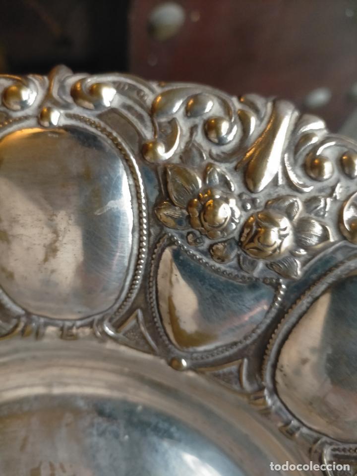 Antigüedades: ANTIGUA BANDEJA METAL PLATEADO RELIEVE IDEAL CULTOS SEMANA SANTA 30 CM DIAMETRO APROXIMAD - Foto 5 - 240142075