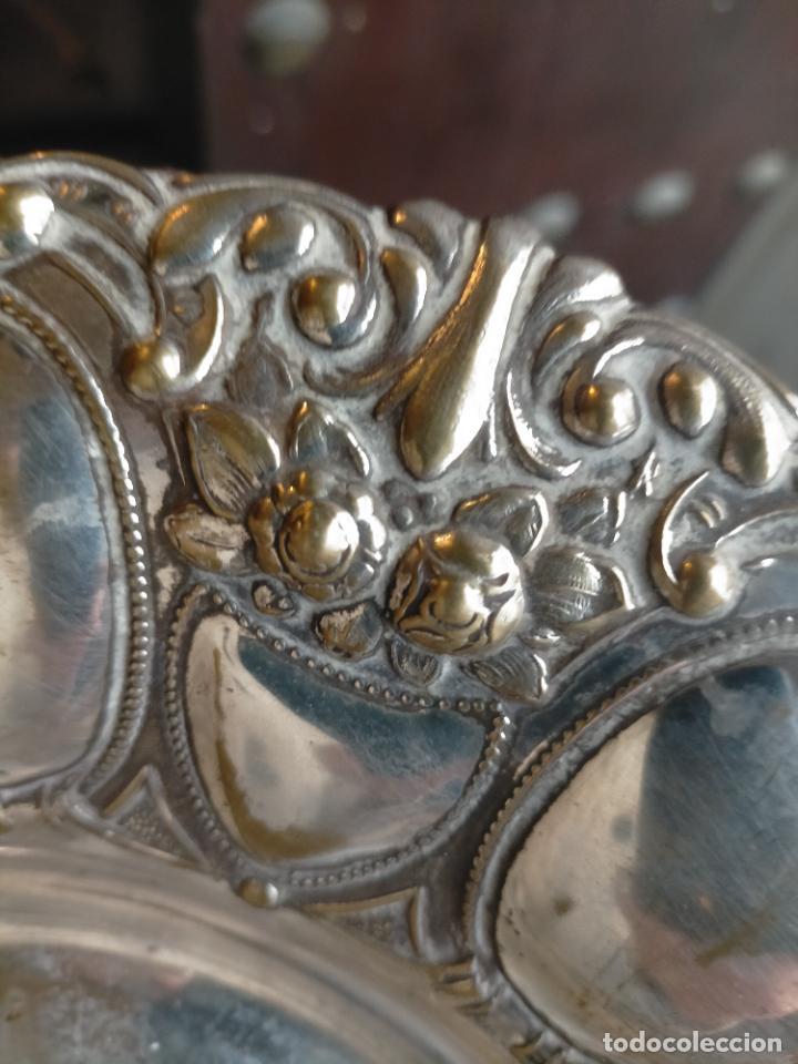 Antigüedades: ANTIGUA BANDEJA METAL PLATEADO RELIEVE IDEAL CULTOS SEMANA SANTA 30 CM DIAMETRO APROXIMAD - Foto 6 - 240142075