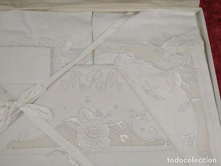 Antigüedades: JUEGO DE CAMA DE MATRIMONIO. LINO CON ABUNDANTE DECORACIÓN BORDADA. SIN USO. ESPAÑA. CIRCA 1930 - Foto 6 - 240173910