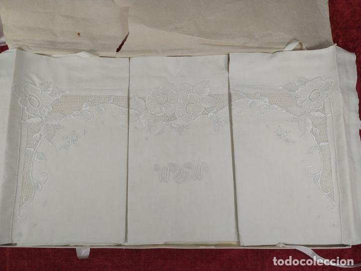 Antigüedades: JUEGO DE CAMA DE MATRIMONIO. LINO CON ABUNDANTE DECORACIÓN BORDADA. SIN USO. ESPAÑA. CIRCA 1930 - Foto 17 - 240173910