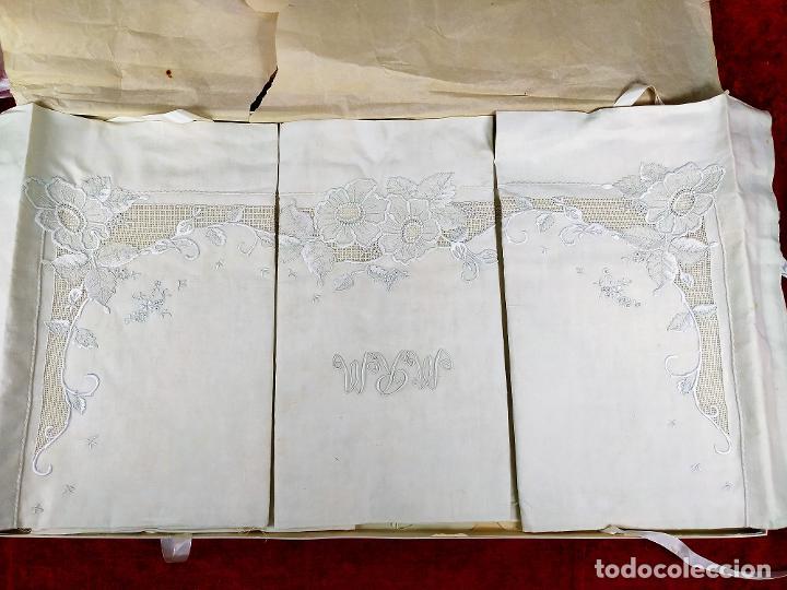 JUEGO DE CAMA DE MATRIMONIO. LINO CON ABUNDANTE DECORACIÓN BORDADA. SIN USO. ESPAÑA. CIRCA 1930 (Antigüedades - Hogar y Decoración - Sábanas Antiguas)