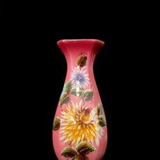 Antigüedades: FLORERO JARRÓN EN CERÁMICA COLOR ROSA CON FLORES PINTADAS. 28 CM. AÑOS 40. Lote 240184460