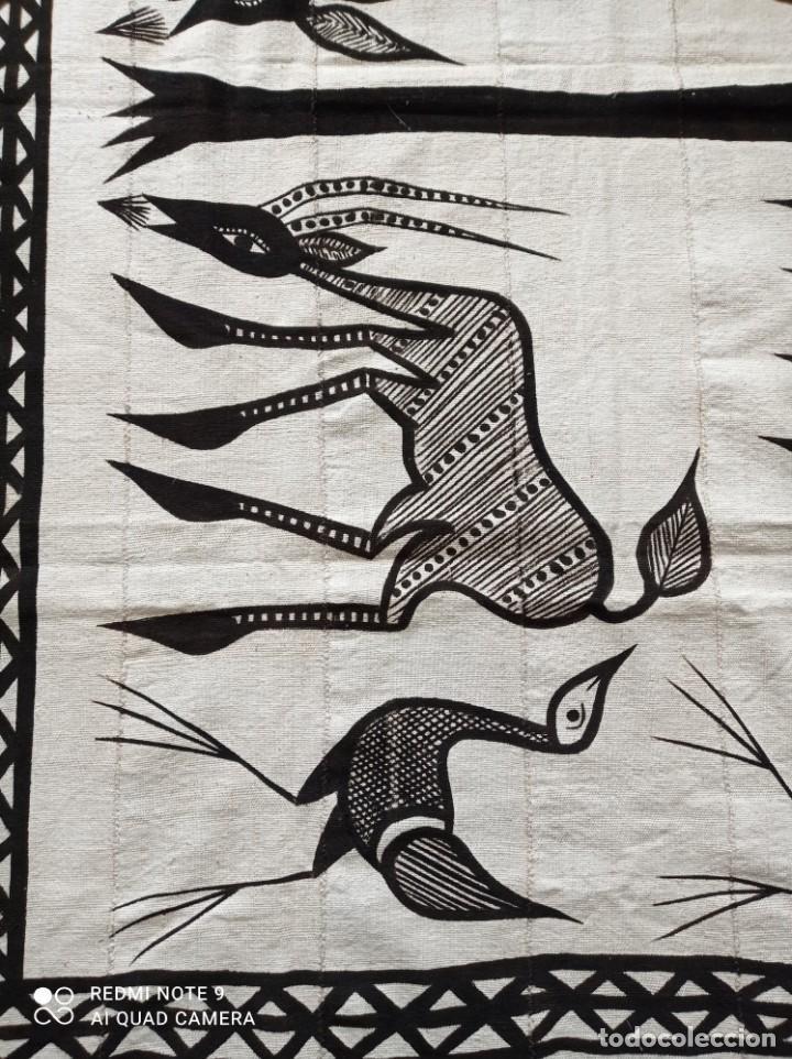 Antigüedades: Tapiz africano. Bogolan. Artesanal. 1,68 x 1,10 cm. Blanco y negro. Algodón. Tejido y teñido a mano - Foto 2 - 240210595
