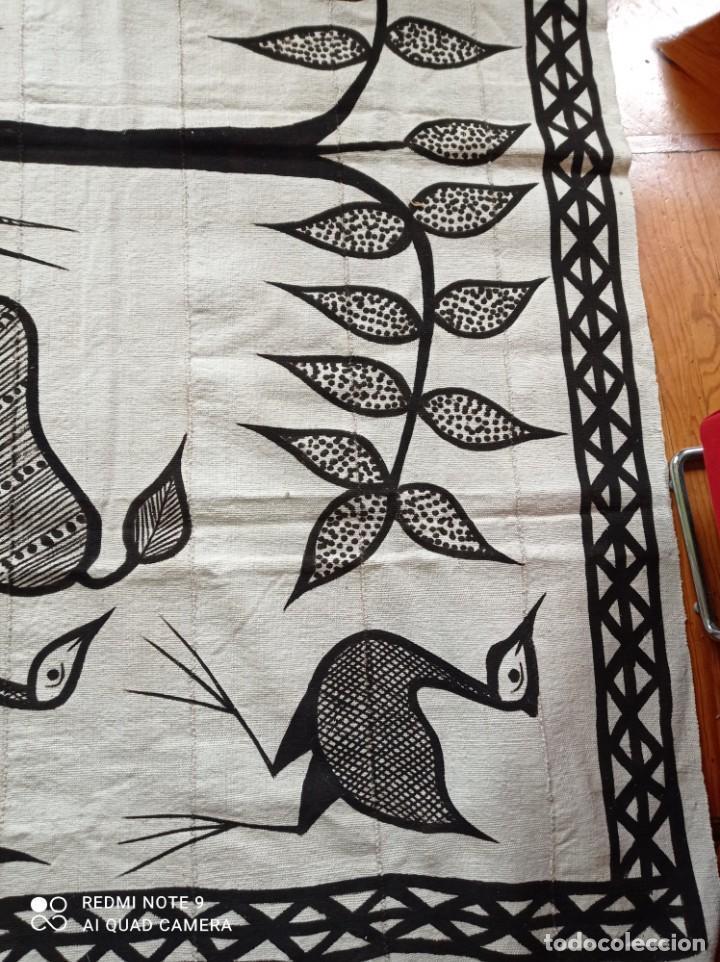 Antigüedades: Tapiz africano. Bogolan. Artesanal. 1,68 x 1,10 cm. Blanco y negro. Algodón. Tejido y teñido a mano - Foto 3 - 240210595