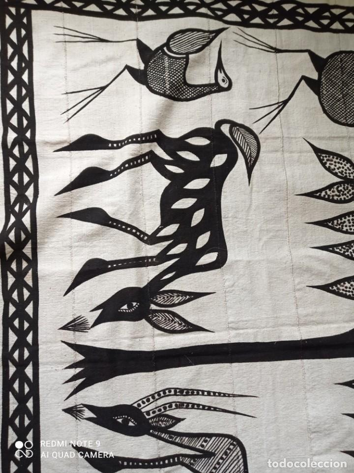 Antigüedades: Tapiz africano. Bogolan. Artesanal. 1,68 x 1,10 cm. Blanco y negro. Algodón. Tejido y teñido a mano - Foto 5 - 240210595