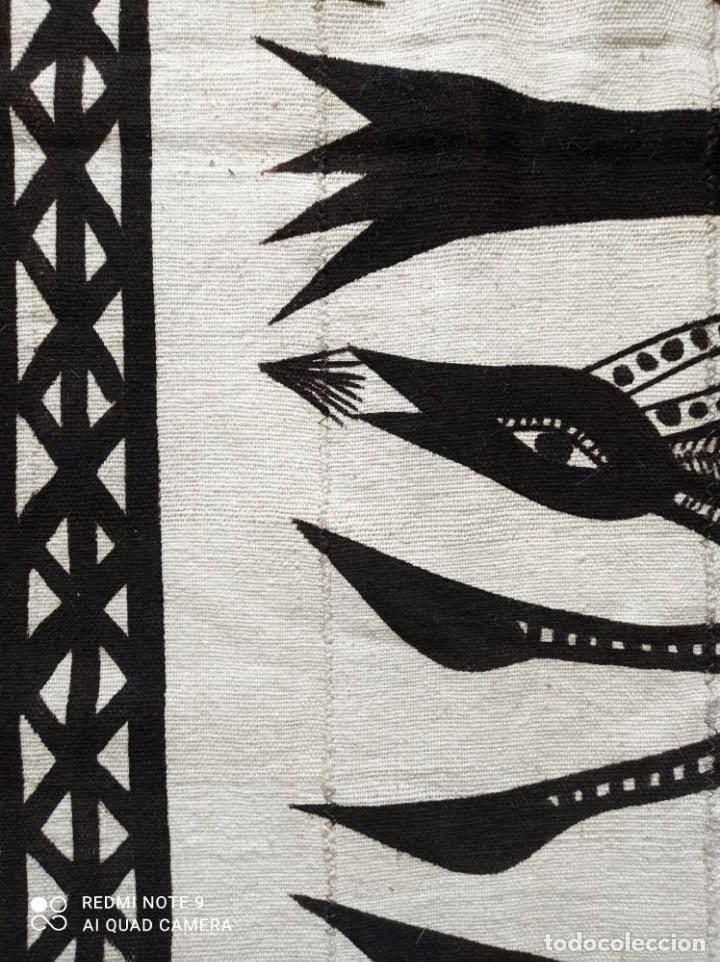 Antigüedades: Tapiz africano. Bogolan. Artesanal. 1,68 x 1,10 cm. Blanco y negro. Algodón. Tejido y teñido a mano - Foto 6 - 240210595