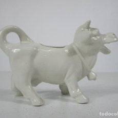 Antigüedades: BONITA LECHERA EN FORMA DE VACA - PORCELANA - SELLO MADE IN ENGLAD. Lote 240226585