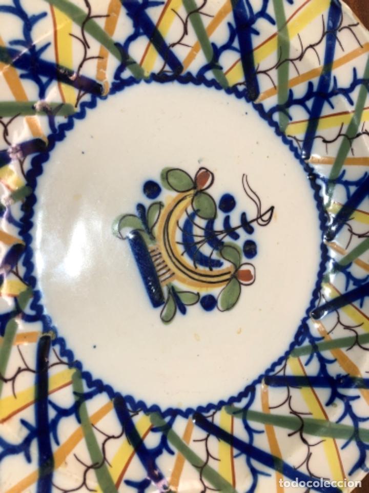 PLATO DE CERÁMICA DE MANISES. FIRMADO. 30'5 CM DE DIÁMETRO (Antigüedades - Porcelanas y Cerámicas - Manises)