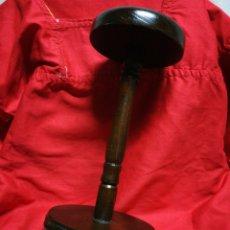 Antigüedades: EXPOSITOR DE MADERA MACIZA PARA SOMBREROS CABALLERO GOORIN BROS, 26CM.. Lote 240234855