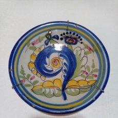 Antigüedades: TALAVERA SIGLO XIX, ANTIGUO PLATO DE LOS DENOMINADOS COLA DE GALLO. Lote 240334925