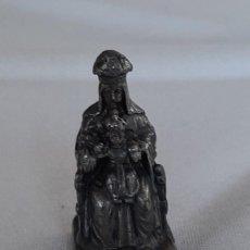 Antigüedades: PEQUEÑA VIRGEN DE MONTSERRAT DE METAL - LA MORENETA 4,8 CM. Lote 240353870