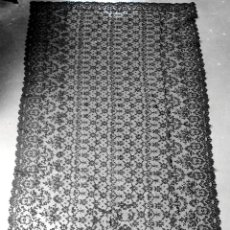 Antigüedades: GRAN MANTILLA. ENCAJE SEMI MECANICO SOBRE TUL. 230X114. ESPAÑA. SIGLO XIX-XX. Lote 240388015