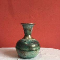 Antigüedades: PRECIOSO JARRÓN BRONCE PINTADO CON ACABADOS PLATA .VER FOTOS. Lote 240455980