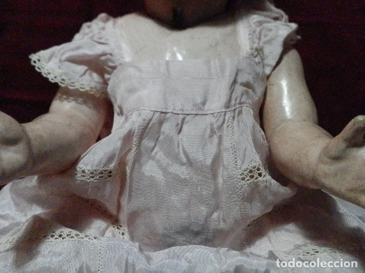 ANTIGUO VESTIDO DE BAUTIZO O CRISTIANAR EN TELA PARECIDA A SATÉN CON ADORNOS DE PUNTILLA (Antigüedades - Moda y Complementos - Infantil)