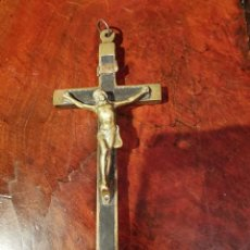 Antigüedades: ANTIGUO CRUCIFIJO PARA COLGAR DE MADERA Y BRONCE 15X6 CM. Lote 240491560