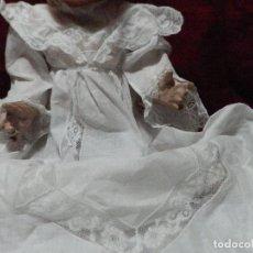 Oggetti Antichi: ANTIGUO VESTIDO DE BAUTIZO O CRISTIANAR EN MUSELINA DE ALGODÓN CON ADORNOS DE ENCAJE DE VALENCIENNE. Lote 240492150