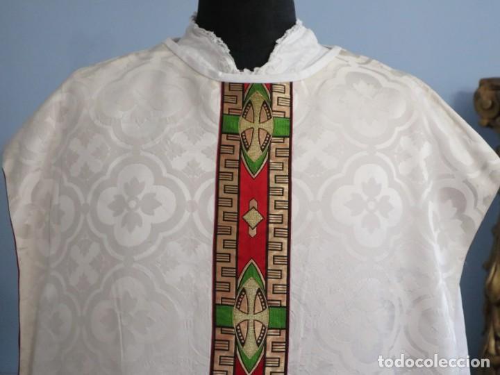 Antigüedades: Casulla de corte moderno confeccionada en seda de damasco. Años 60 del siglo XX. - Foto 2 - 240538840
